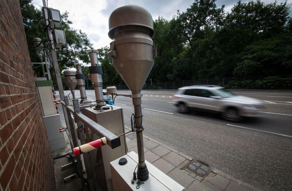 Weniger Verkehr am Neckartor – das hat die Landesregierung zugesagt und will jetzt nichts mehr davon wissen. Deshalb verhängt das Verwaltungsgericht  ein Zwangsgeld, Foto: dpa