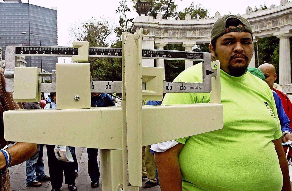 Ein Mann wiegt sich in Mexiko: Übergewicht und Diabetes waren dort schon vor Corona weit verbreitet. Foto: imago/Xinhua