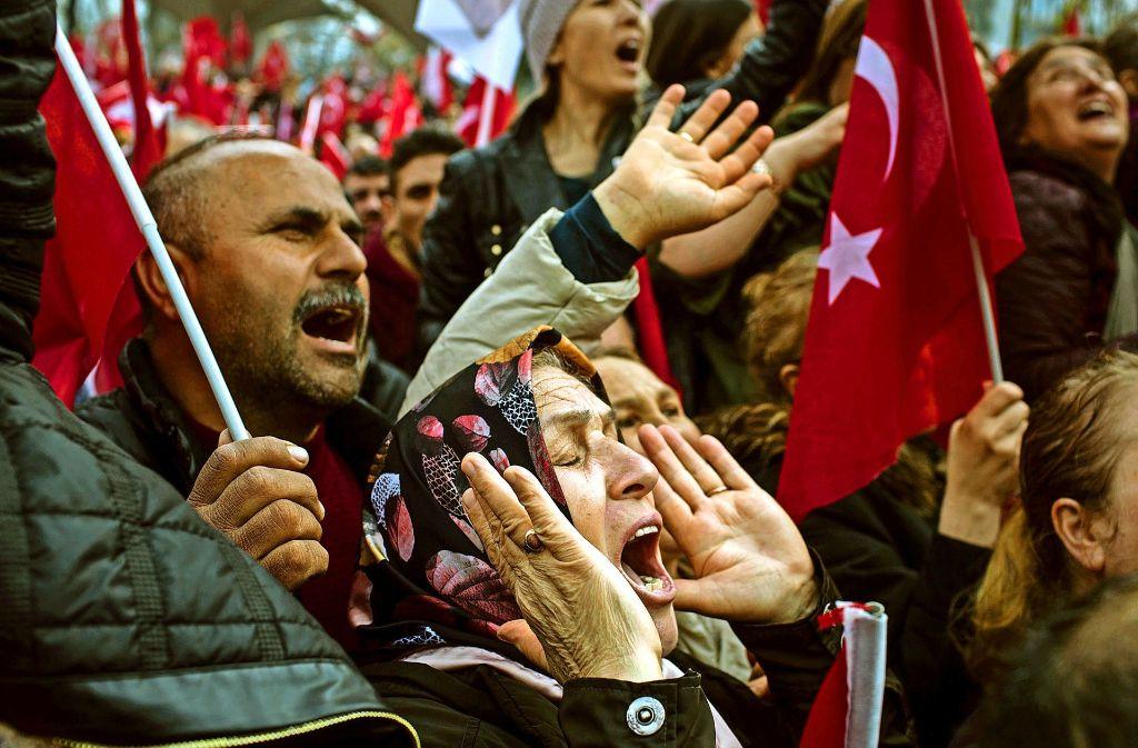 Lautstarke Ablehnung: Erdogan-Gegner bei einer Kundgebung Foto: dpa, Getty