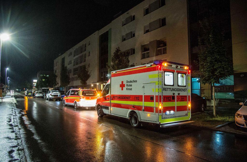 Das Opfer einer Messerattacke in Denkendorf wurde vom Rettungswagen in ein Krankenhaus gebracht (Archivbild). Foto: SDMG