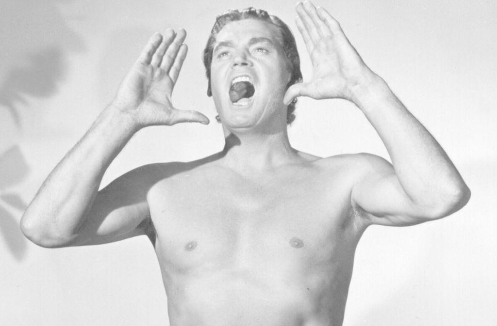 Ein Bild von einem Mann: Der als Tarzan berühmt gewordene US-amerikanische Schauspieler Johnny Weismüller steht in einem Studio in den USA und setzt zu seinem berühmten Schrei an. Foto: dpa//B0152 Gustav Unger