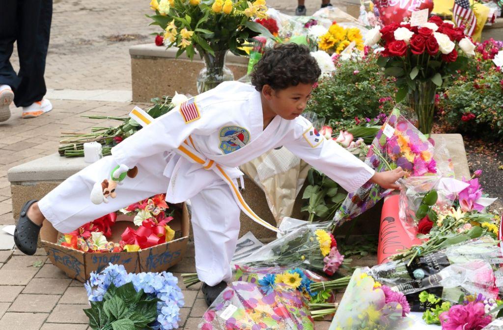 In Louisville haben viele Fans der Box-Legende Blumen niedergelegt. Foto: dpa
