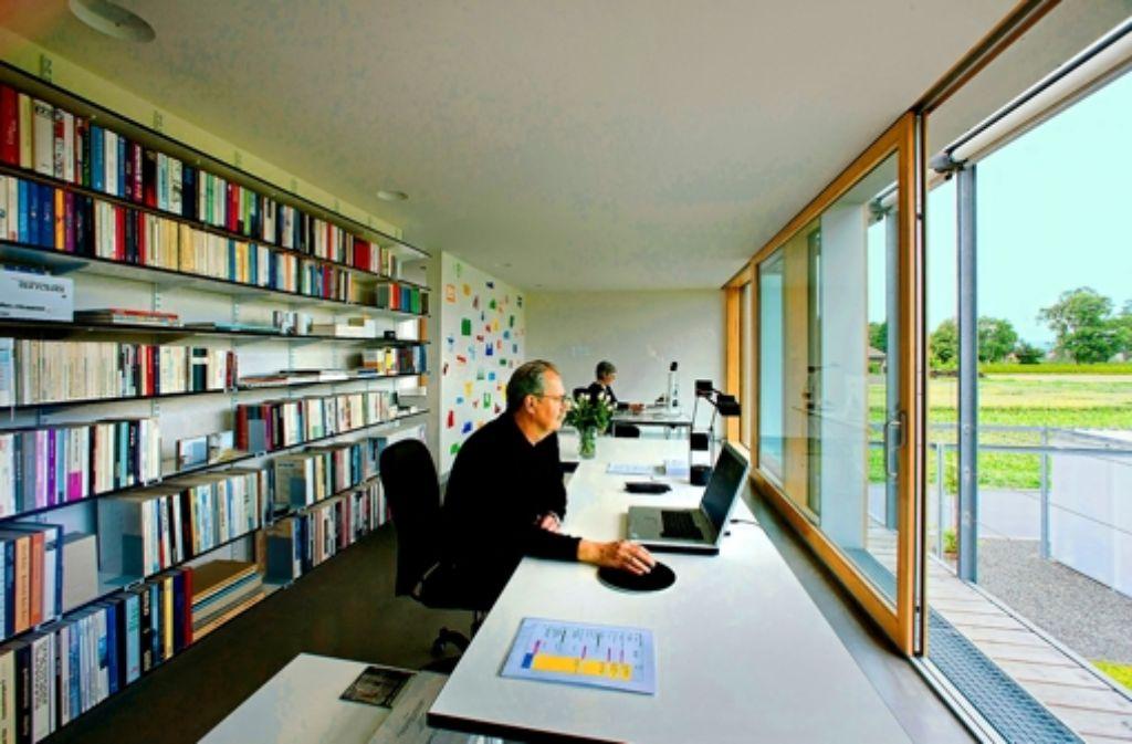 Aufgeräumt: die Schreibtische von Bernd und Ursula Selbmann mit Blick ins GrüneFoto:Manfred Grohe Foto: