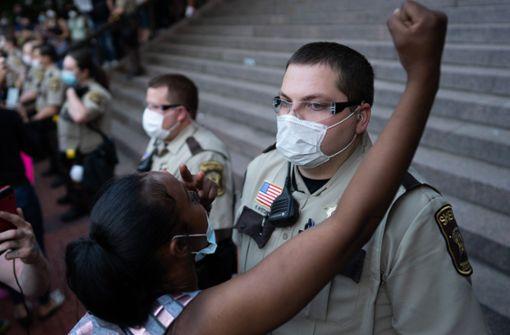 Demonstranten stürmen in Minneapolis Polizeigebäude