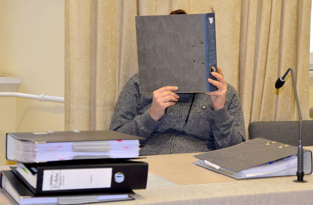 Die angeklagte 23-Jährige – hier ein Foto vom Prozessauftakt Ende November – hat ihr Gesicht vor Gericht hinter einem Aktenordner versteckt. Foto: dpa