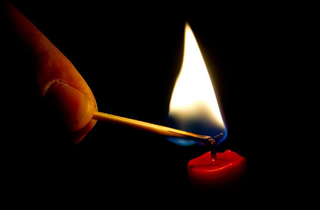 Fällt der Strom aus, ist es immer gut eine Kerze zu haben. Foto: dpa-mag/Franziska Koark