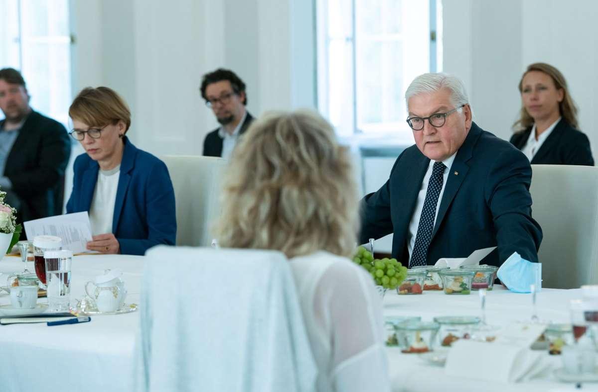 Steinmeier im Gespräch mit Bürgern. Foto: dpa/Bernd von Jutrczenka