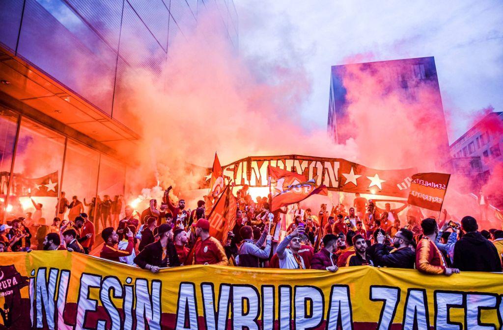 Pyro und Party: Fans von Galatasaray Istanbul jubeln in Stuttgart. Foto: 7aktuell.de/Marc Gruber