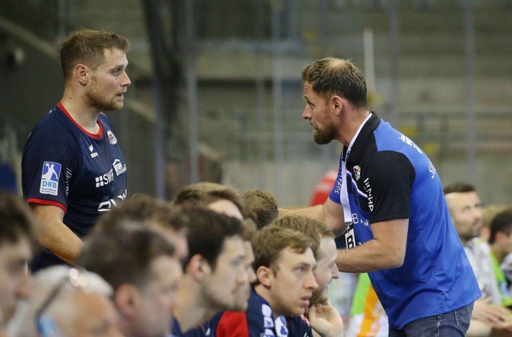 Trainer Hannes Jon Jonsson  (re.) gibt  Weltmeister Michael Kraus Anweisungen: Längst setzt der Spielmacher diese auf dem Spielfeld optimal um. Foto: Baumann