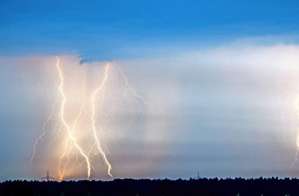 Bei einem Blitzschlag durchzucken den Körper mehrere 10.000 Ampere. Foto: dpa