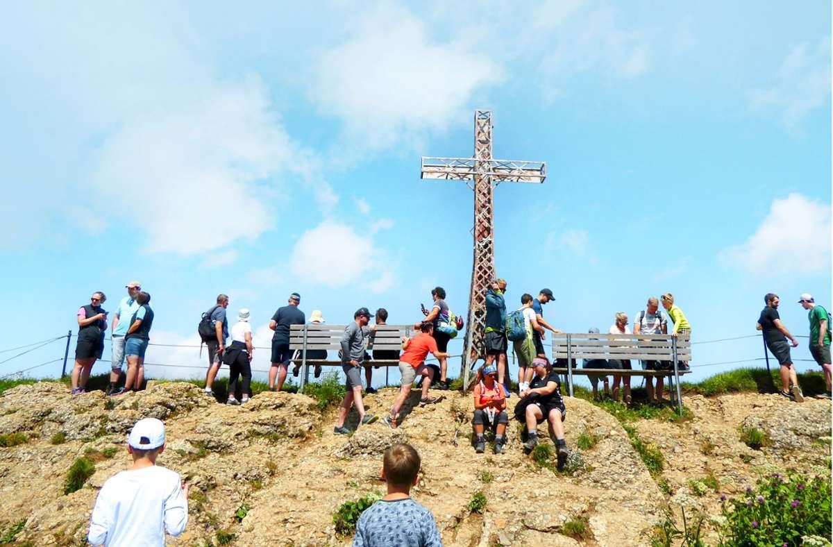 Auf dem Hochgrat-Gipfel in der Nähe von Oberstaufen drängen sich  bei schönstem Sonntagswetter viele Wanderer. Foto: /Foto:Doris Burger