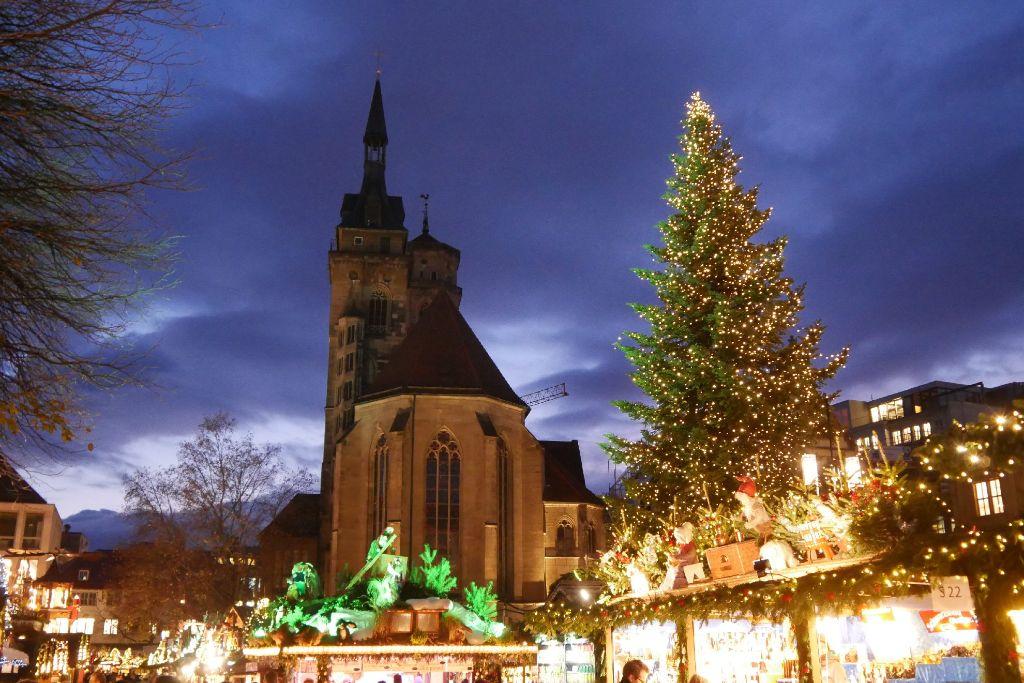 Stuttgart hat mit knapp 300 Ständen nach eigenen Angaben einen der größten Weihnachtsmärkte Europas. Dadurch ist auch die Auswahl an Speisen und Getränken entsprechend groß. Dennoch beschränken sich die meisten Stuttgarter Standbesitzer lieber auf den Standard-Glühwein. Ein paar Besonderheiten waren aber trotzdem zu finden. Foto: Lea Weinmann