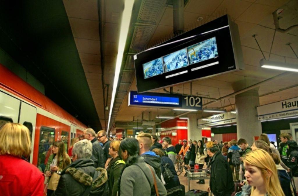 Dank  der Monitore können Zugführer  die Türen bei den neuen S-Bahnen zentral schließen. Das soll die Haltezeit verkürzen. Foto: Horst Rudel