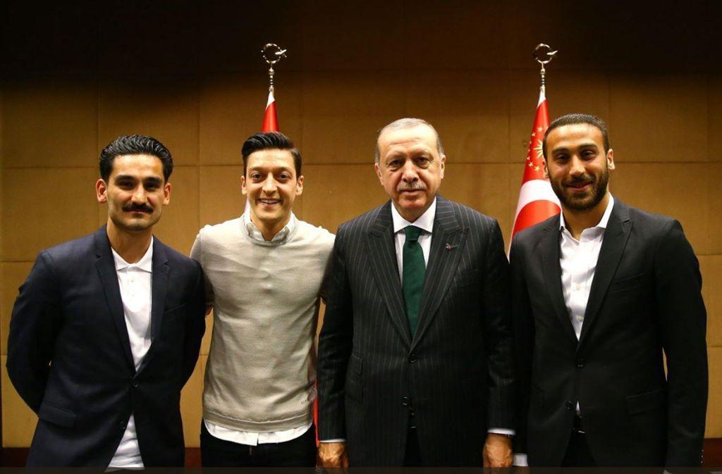 Ilkay Gündogan (links) und Mesut Özil lassen sich mit dem türkischen Präsidenten Recep Tayyip Erdogan (rechts) ablichten. Foto: dpa