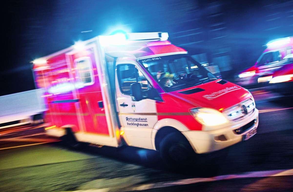 Rettungswagen brachten die Familie in ein Krankenhaus. (Symbolbild) Foto: picture alliance / dpa/Marcel Kusch