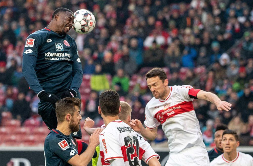Der Mainzer Jean-Philippe Mateta machte der Defensive des VfB Stuttgart das Leben schwer. Foto: dpa