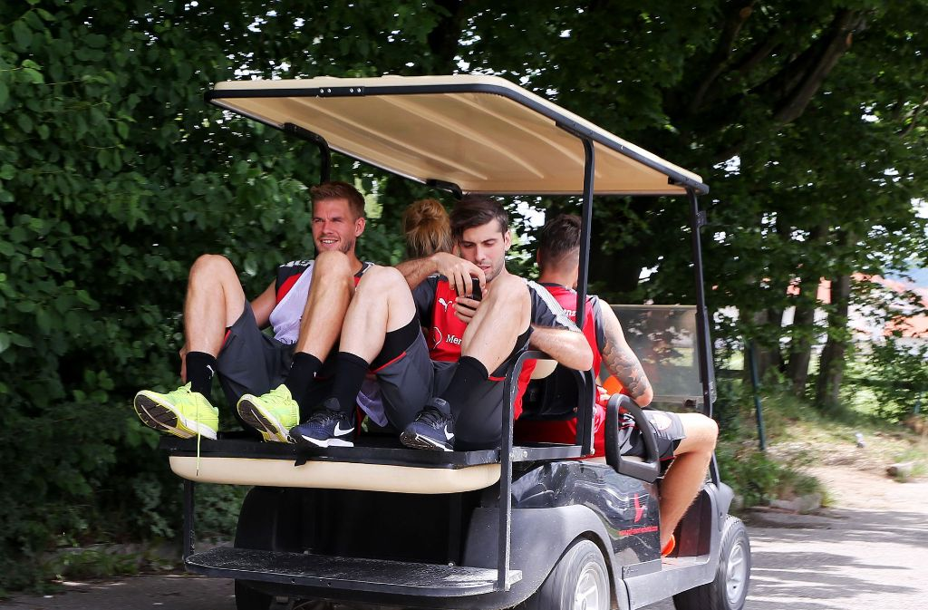 Entspannung nach getaner Arbeit: Simon Terodde (li.) und Emiliano Insua fahren mit dem Buggy vom Trainingsplatz zum Hotel. Foto: Pressefoto Baumann