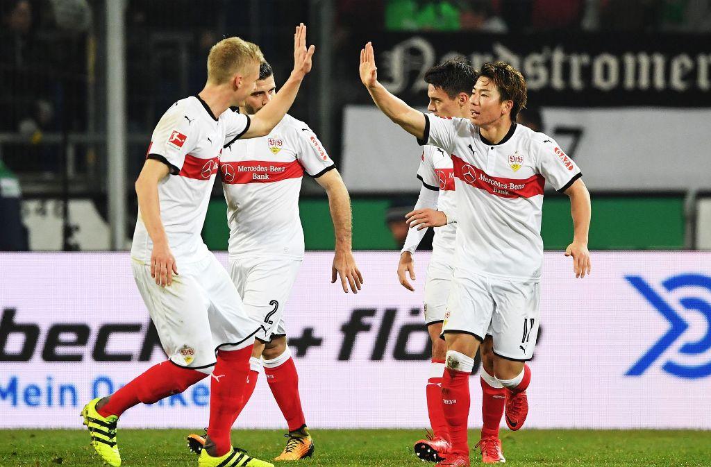 Takuma Asano (vorne rechts) erzielte gegen Hannover sein erstes Bundesliga-Tor. Foto: Bongarts