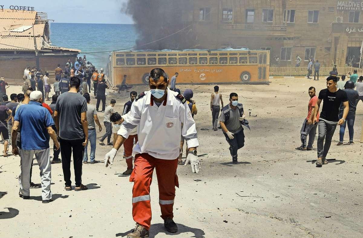 In Gaza brennt ein Strandcafé, das bei einem israelischen Luftangriff getroffen worden ist. Foto: imago/Majdi Fathix