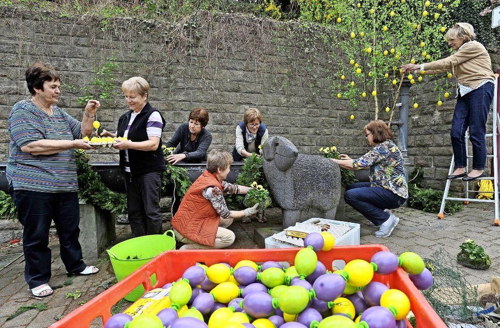 Der Schafsbrunnen in Freiberg-Geisingen wird dieses Jahr nicht nur mit frischem Grün verziert, auch die Eier sind neu. Foto: Werner Kuhnle