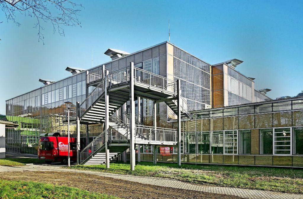 Die komplette Schule ist bei  der Sanierung mit einer energetisch wirksamen, gläsernen Doppelfassade ausgestattet worden. Foto: Horst Rudel