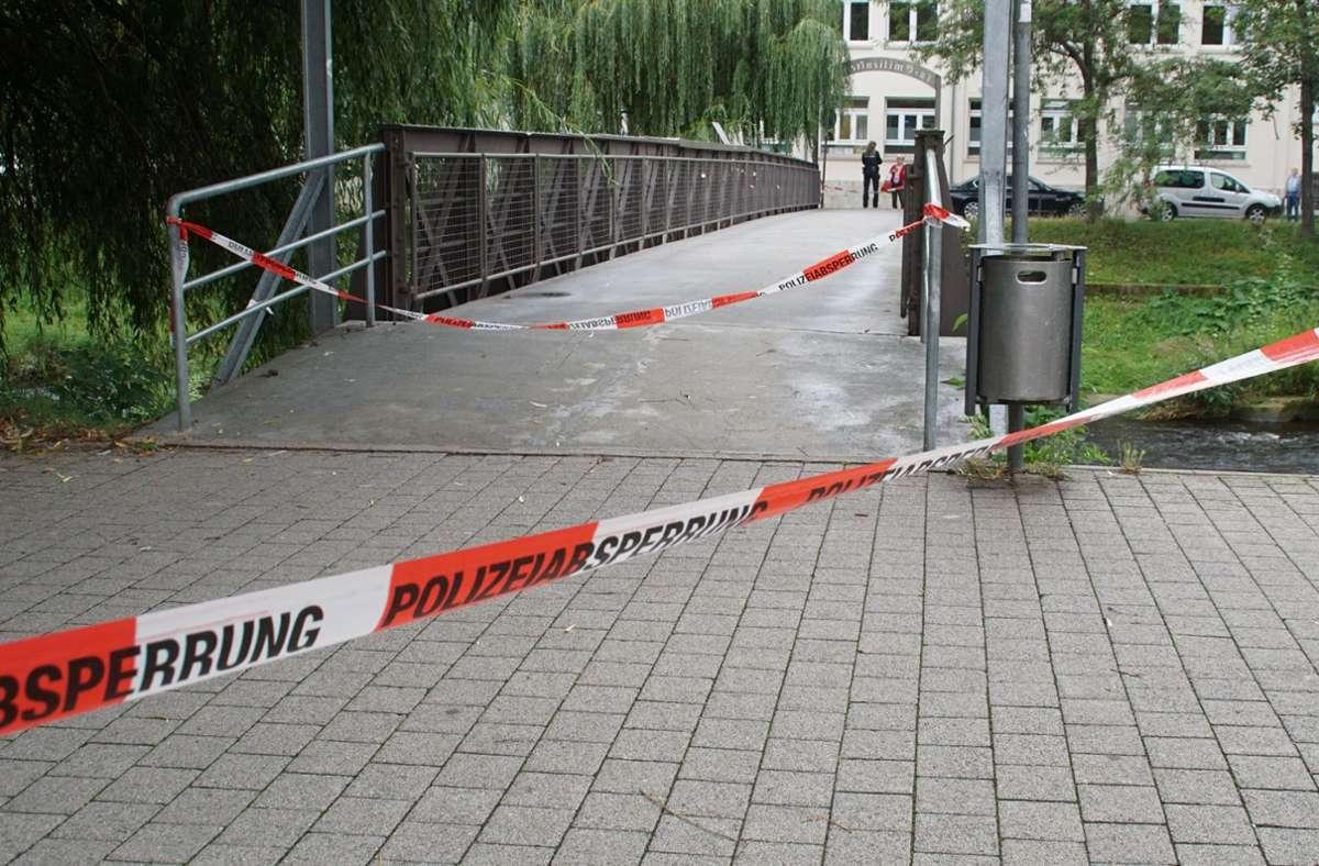 Die Polizei sperrte den Fundort der Leiche in Pforzheim am Dienstagmorgen ab. Foto: SDMG/SDMG / Gress