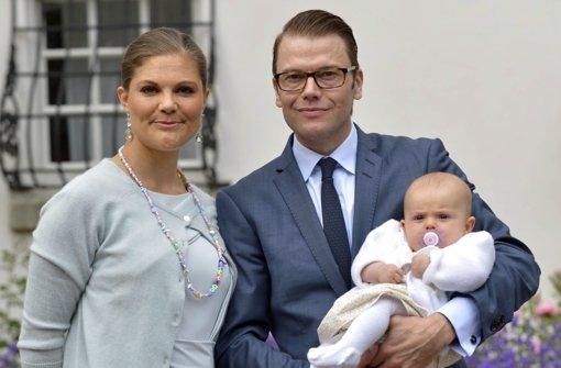 Stolze Eltern: Kronprinzessin Victoria und Prinz Daniel mit der kleine Estelle Foto: dpa