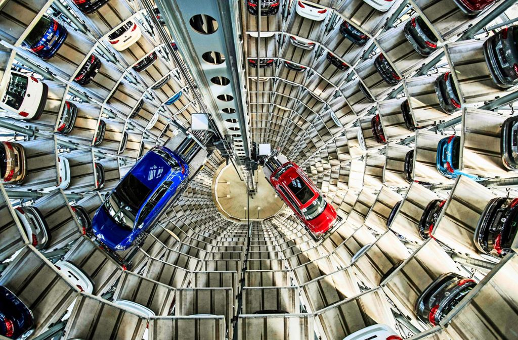 Blick in die Tiefe: Auch nach drei Jahren wird Volkswagen – hier Neufahrzeuge in Wolfsburg – immer wieder von der Diesel-Abgasaffäre eingeholt. Foto: AFP