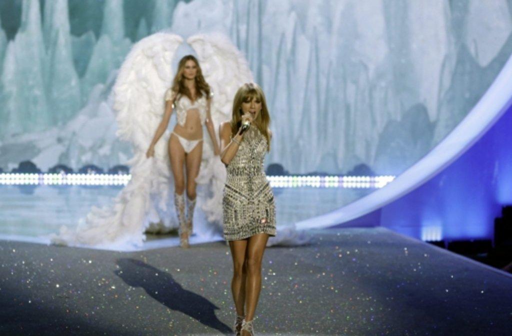 Überraschung auf dem Laufsteg bei der Dessous-Show von Victorias Secret: Neben den Supermodels Alessandra Ambrosio, Adriana Lima und Candice Swanepoel zeigte Taylor Swift ihre Laufstegqualitäten. Hier sind die Bilder der Engel in Unterwäsche! Foto: dpa