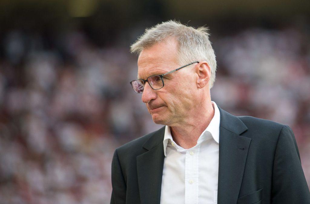 Nach der Entlassung von Tayfun Korkut heißt es für Manager Reschke aufpassen. Foto: dpa