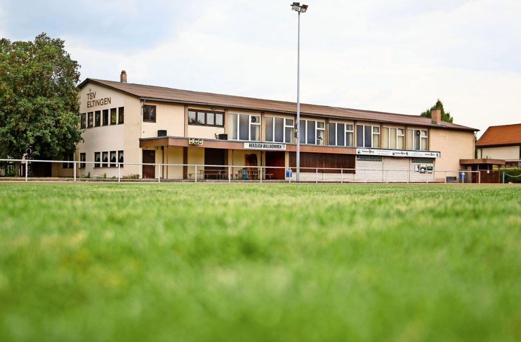 Der Blick  vom Rasenplatz   auf  die   große      in  die  Jahre  gekommene TSV-Halle   in    Eltingen: Sie wird          durch  eine     neue             Zweifeldhalle   und ein     Sportvereinszentrum    ersetzt. Foto: factum/Granville