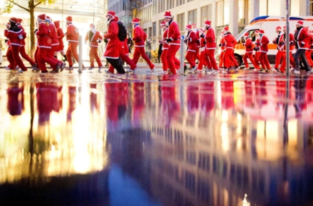 So viele Weihnachtsmänner, und so wenig Glaube... Foto: dpa
