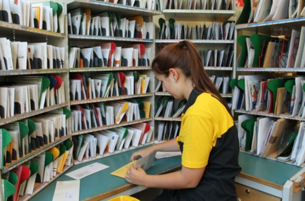 Daniela Killgus ordnet die Briefe den  Hausnummern  in ihrem Bezirk zu. Foto: Maike Woydt
