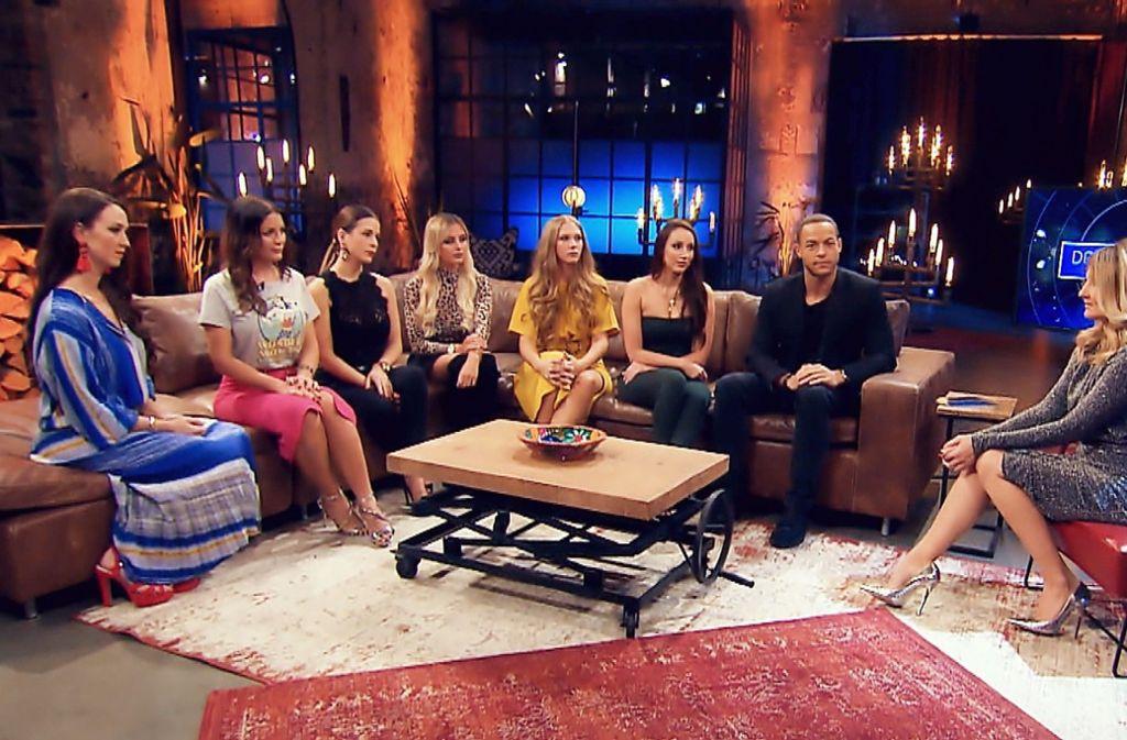 Beim großen Wiedersehen der Bachelorkandidatinnen sehen alle nicht ganz so glücklich aus. Doch der Abend nimmt ein gutes Ende. Foto: TVNOW