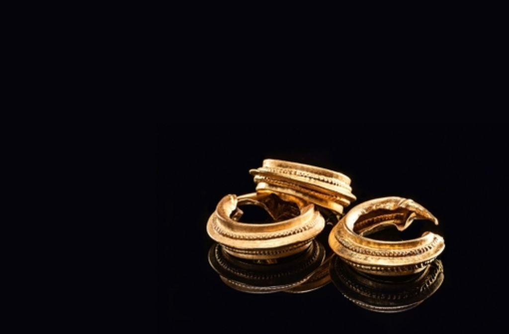 Die drei fein verzierten Goldringe hat die Keltenfrau möglicherweise als Ohrringe oder als im Haar eingeflochtene Preziosen   getragen.  Foto:LAD/Felix Pilz Foto: