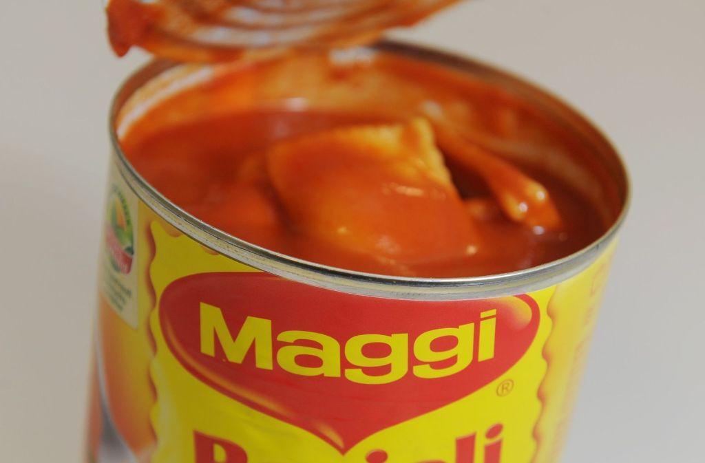 Maggi verändert die Rezepturen fast aller Fertiggerichte. Die Rezeptur der Maggi-Würze aus der berühmten Flasche mit dem roten Verschluss  aber bleibt. Foto: dpa