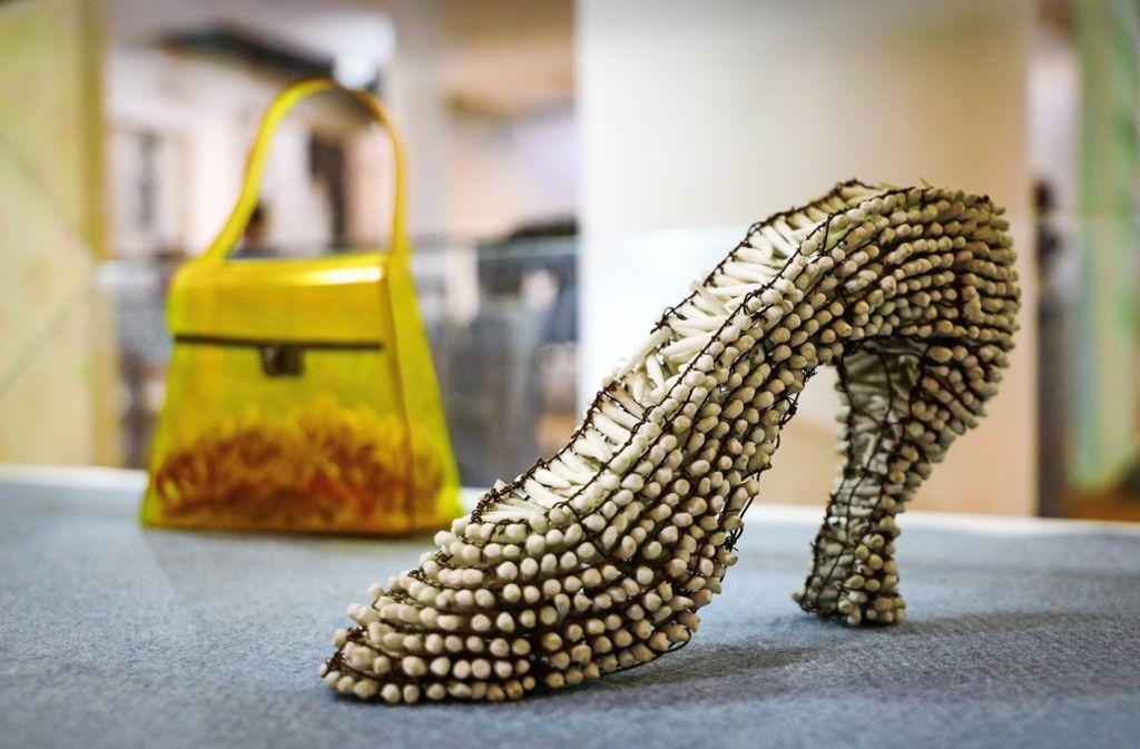 Ein gefährlicher Schuh von Julia Schrader: die Künstlerin spielt mit Rollenklischees. Foto: factum/Simon Granville