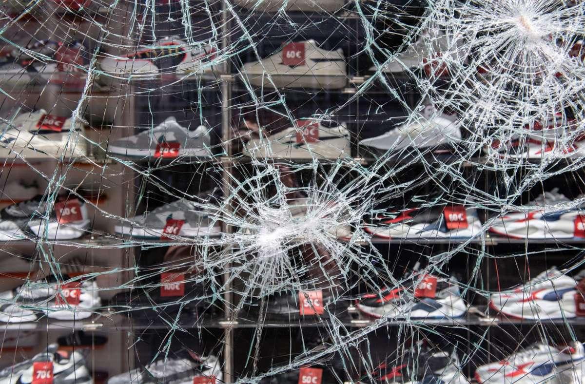 Hehler versuchen, aus den Plünderungen stammende Waren zu verkaufen. Foto: dpa/Silas Stein  (Archiv)