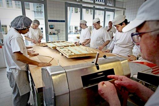 """Die meisten Behinderten – hier ein Foto aus der Bäckerei des Vaihinger Vereins """"Lebenshilfe Stuttgart"""" –  beantragen ihr Persönliches Budget beim  Sozialamt. Gerade dadurch fühlen sich aber viele von ihnen als Bittsteller in die Ecke gedrängt. Foto: factum/Weise"""