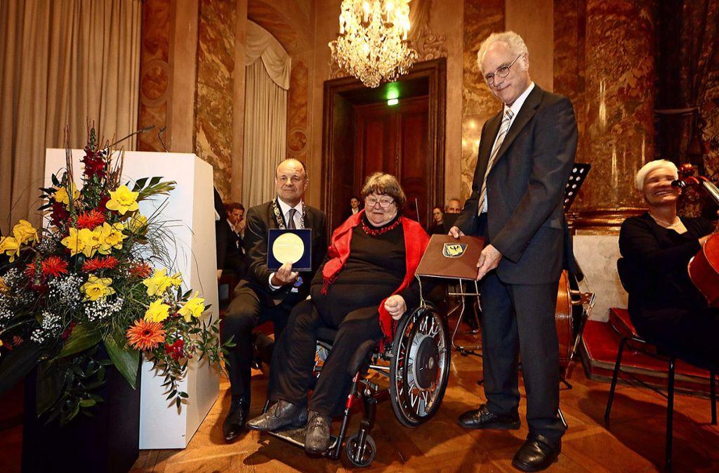 Brigitte Seiferheld (Mitte) im Jahr 2017 bei der Verleihung der Bürgermedaille der Stadt Ludwigsburg. Foto: FACTUM-WEISE/factum / simon granville