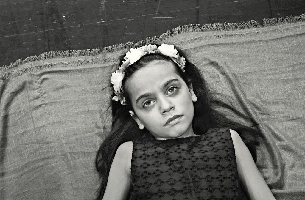 """Das Mädchen mit den großen Augen: Die achtjährige Syrerin Hala spielt die Hauptrolle im Film """"Still breathing"""", in dem auch ihre Fluchterfahrung thematisiert wird. Foto: Cana Yilmaz"""
