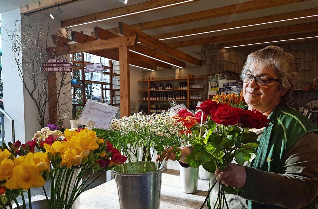 Die Floristin Margarit Günther hat schon viele Rosen verkauft. Es komme auch mal vor, dass für einen Strauß über 100 Euro ausgegeben werden, sagt sie. Foto: Frank Wahlenmaier