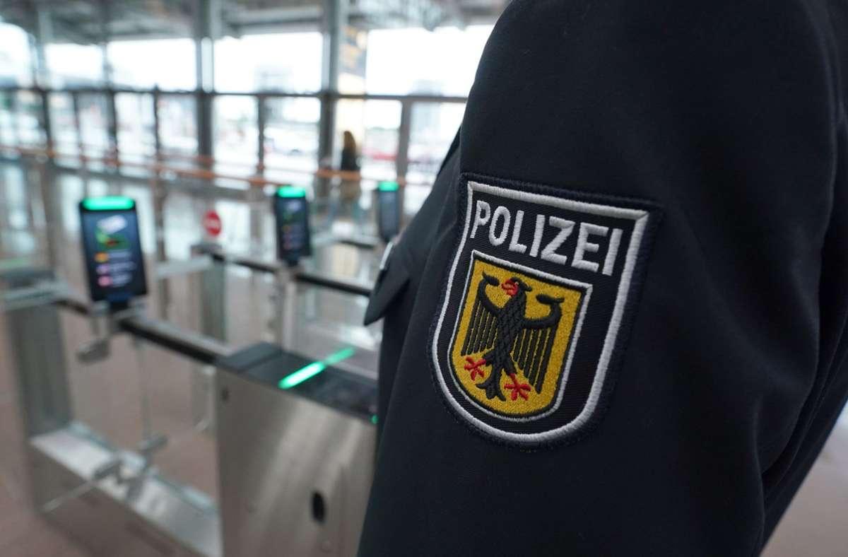 Bundespolizist am Hamburger Flughafen Foto: dpa/Marcus Brandt