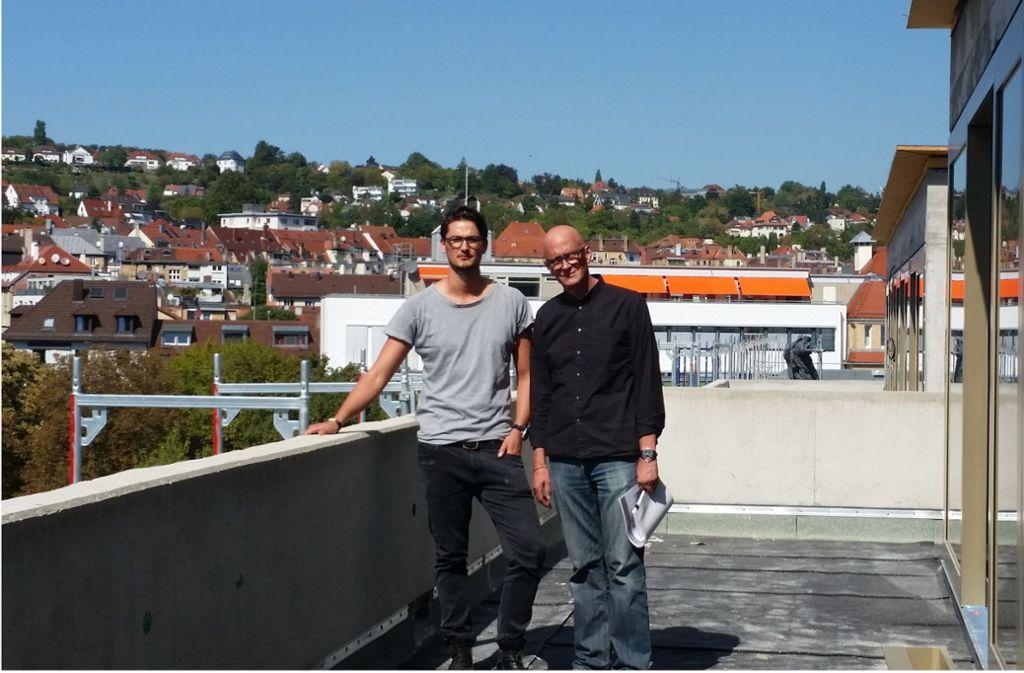Randolph Hinrichsmeyer (rechts) und sein Sohn Philip  am Olga-Areal Foto: Nina Ayerle