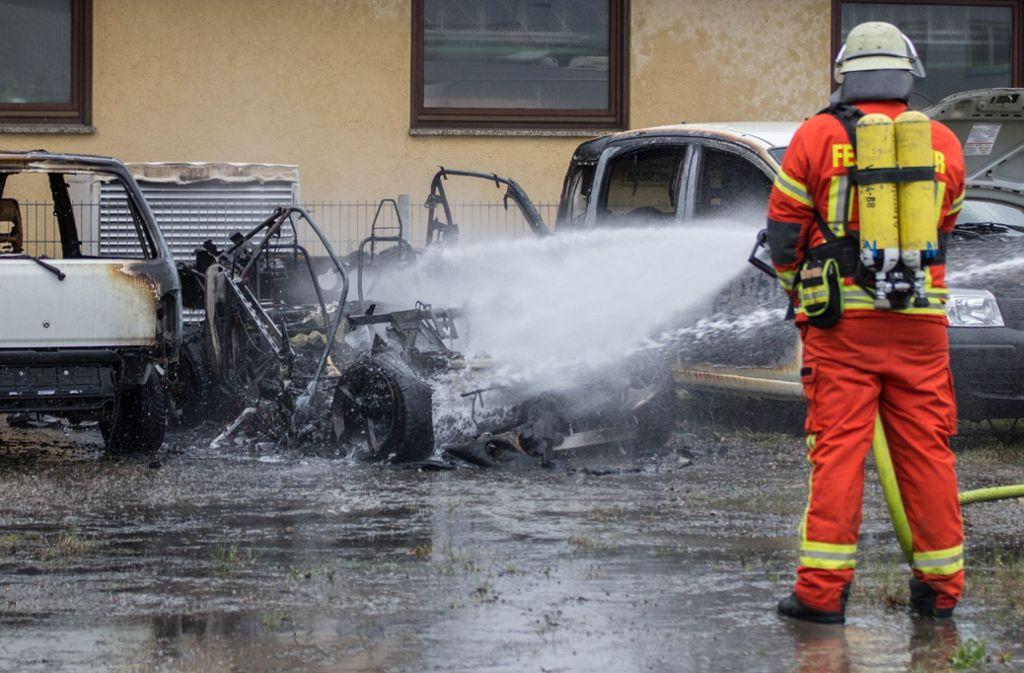 Ein Feuerwehrmann löscht in Auenwald das Elektroauto. Foto: SDMG