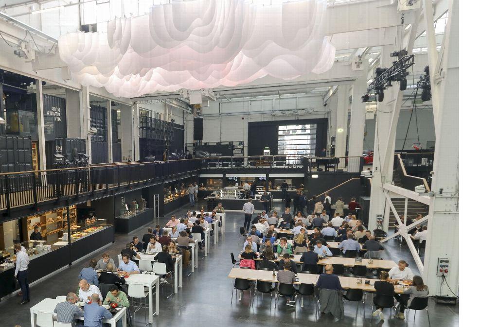 Mit Industriecharme und Lichtwolke an der Decke zeigt die Kantine im Werkzentrum Weststadt ihr hochmodernes Gesicht. Durch gute Schalldämmung herrscht eine angenehme Lautstärke im Raum. Foto: factum/Granville