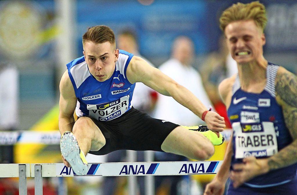 Stefan Volzer (links) belegt über 60 Meter Hürden hinter   Titelverteidiger Gregor Traber Rang zwei. Foto: /Ralf Görlitz