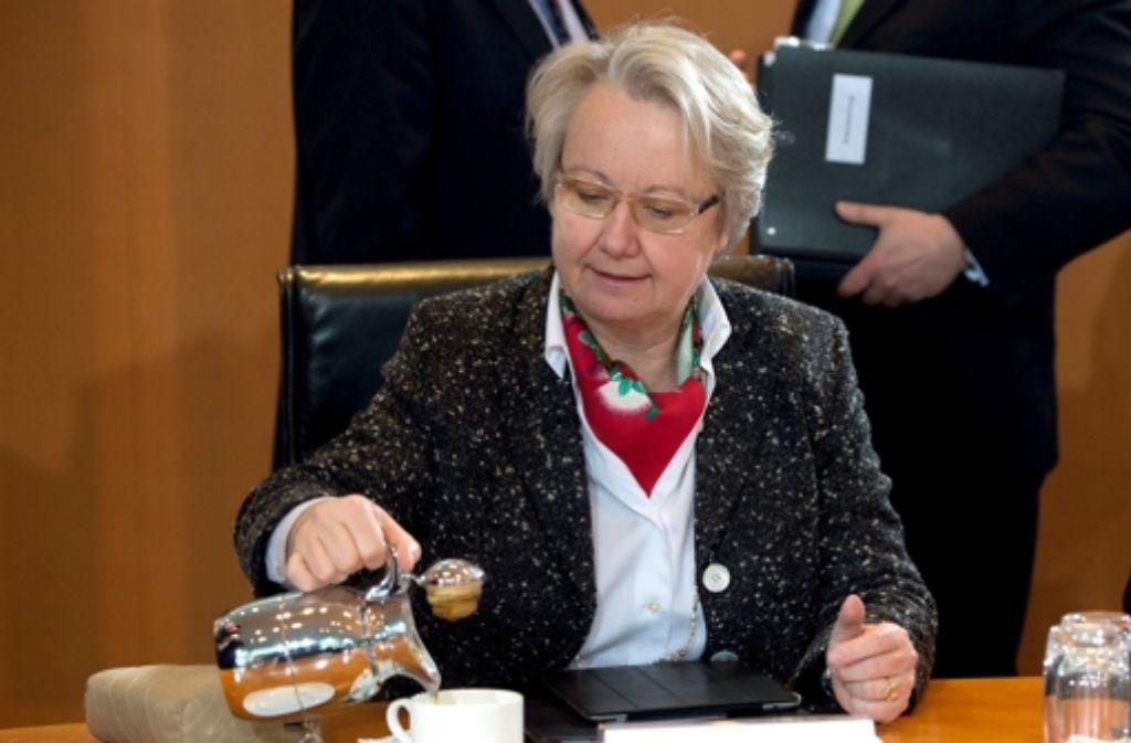 Abwarten und Tee trinken –   Annette Schavan am Mittwoch im Kabinett. Foto: dpa