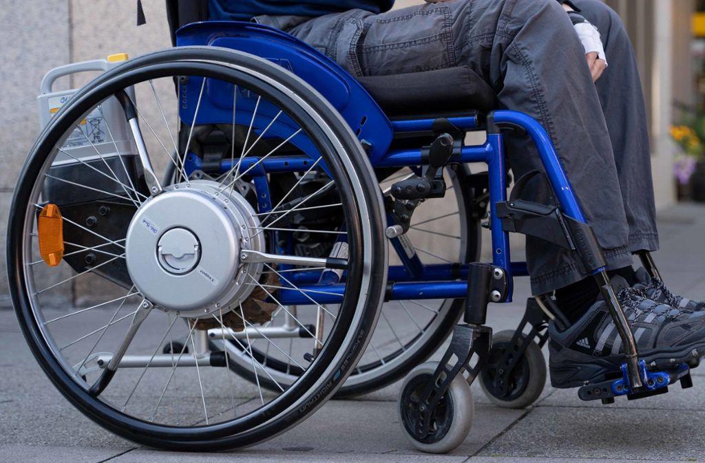 Auch mit Menschen im Rollstuhl haben Trickbetrüger wenig Mitleid. Foto: Julia Schramm