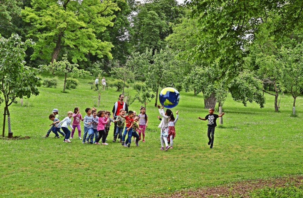 Hinter dem Neubau steht den Kindern eine große Wiesenfläche mit Obstbäumen zur Verfügung Foto: Fatma Tetik